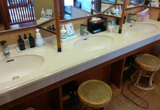 シャトー館大浴場脱衣所洗面台の様子