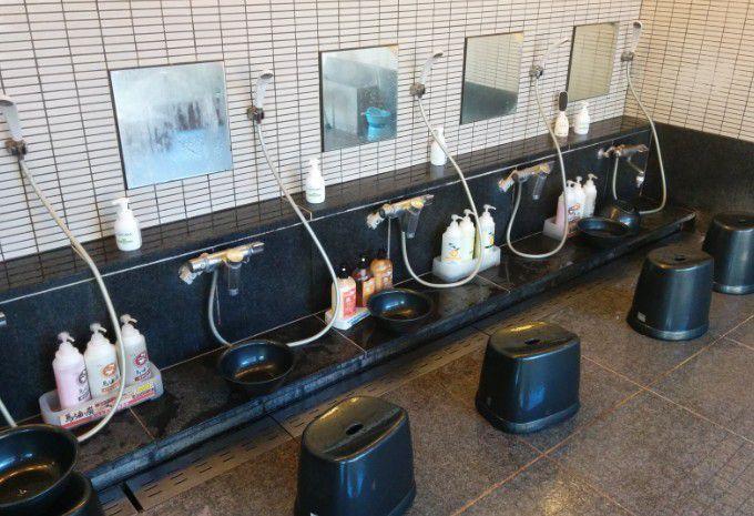 シャトー館大浴場の洗い場の様子