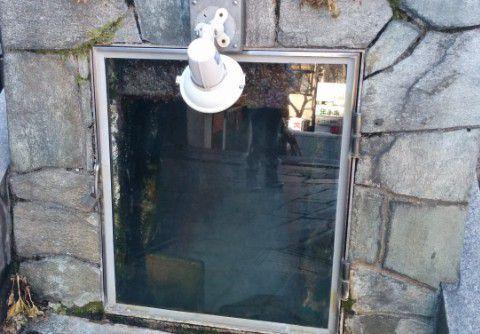 石段下の源泉の流れが見られるところ