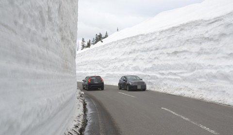 2017年開通日志賀草津高原ルートの雪の回廊を走る車