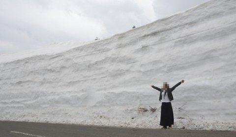 2017年開通日志賀草津高原ルートの雪の回廊の前で記念撮影
