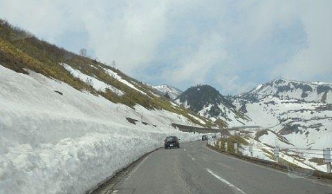 雪が多く残る国道292号線