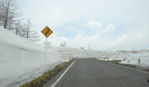草津白根山頂付近の雪の回廊