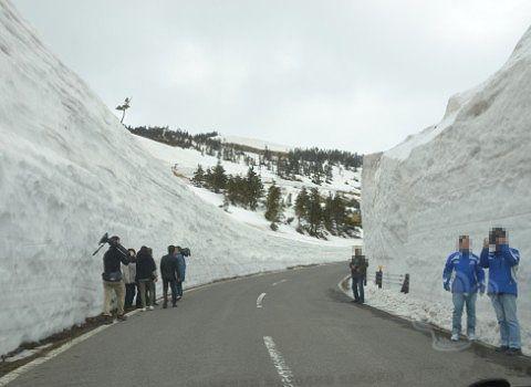 開通日に雪の回廊で取材してたTVスタッフ