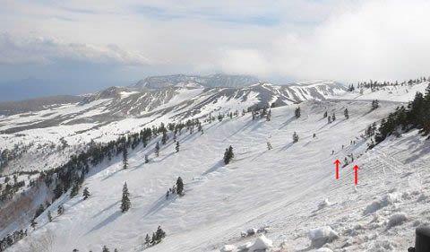 国道最高地点の雪山斜面を滑ってるスキーヤー