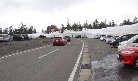 横手山渋峠スキー場の広大な駐車場