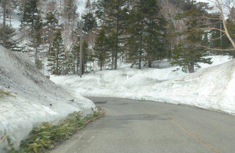 万座温泉へ向かう道中の雪の回廊