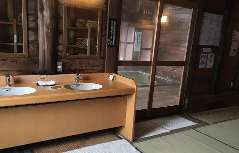 女湯脱衣所と浴場の様子