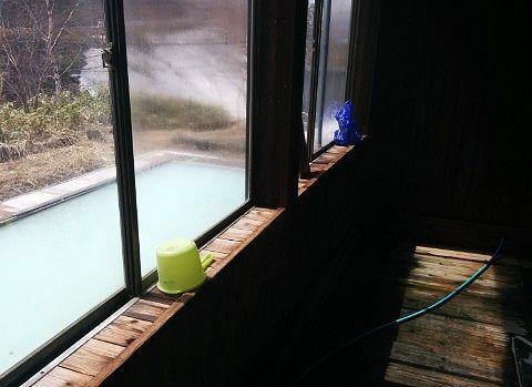 内湯のガラス窓から見える露天風呂