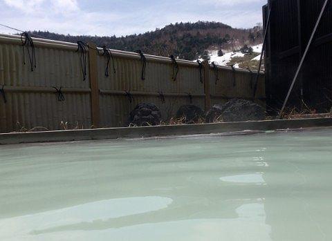 女湯の露天風呂から見える空と景色