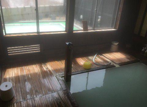 女湯の内湯と露天風呂の様子