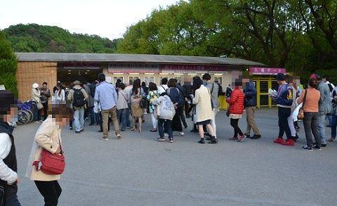 17時35分の西ゲート入場の行列