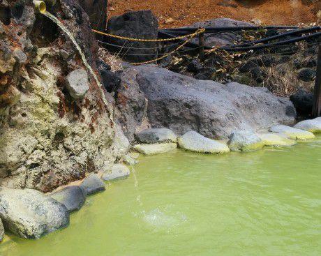 黄緑色の温泉