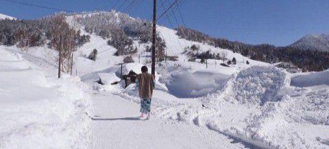 真冬の極楽の湯け向かう道路の様子
