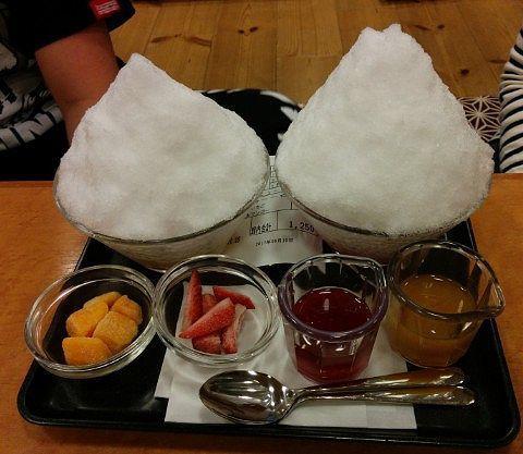 マンゴーカキ氷とイチゴ味のカキ氷