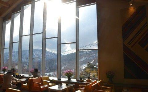 ラウンジの様子と窓から見える景色