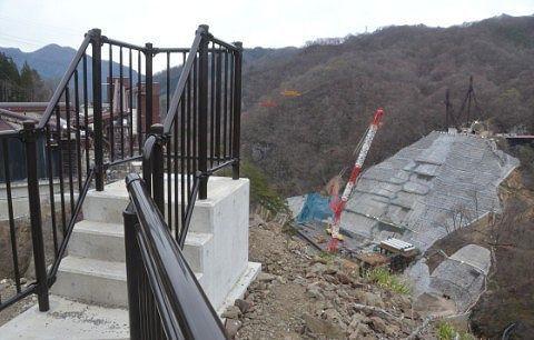 ダム工事現場と展望台の様子