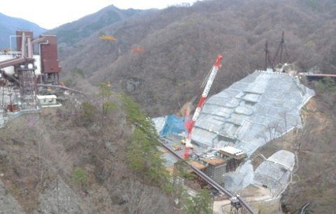 上から八ッ場ダム建設現場を見る