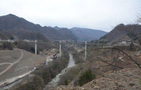 八ッ場大橋と不動大橋と山々の景色