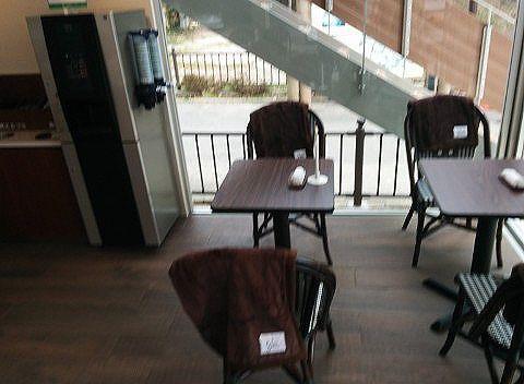コーヒー無料のフリードリンクの機械とテーブル席の様子