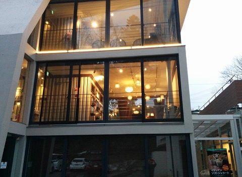 夕方のグランデフューメ草津の店舗外観