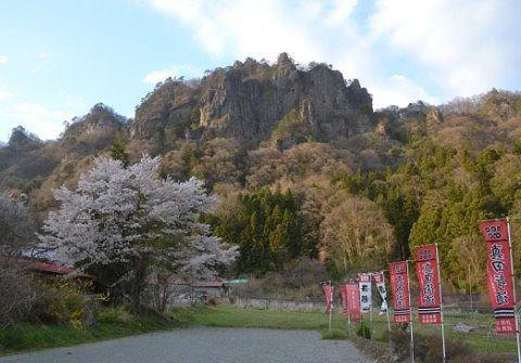 登山観光客専用駐車場から見える岩櫃山