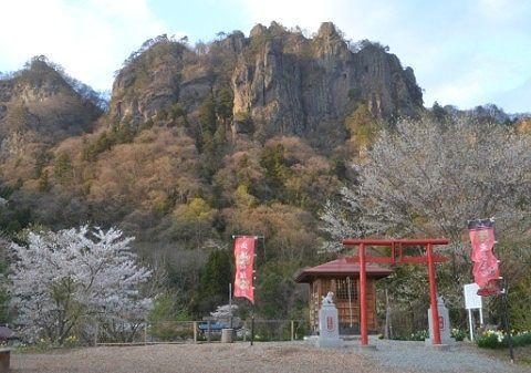 密岩神社と岩櫃山