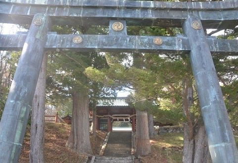 二荒山神社中宮祠の鳥居と山門