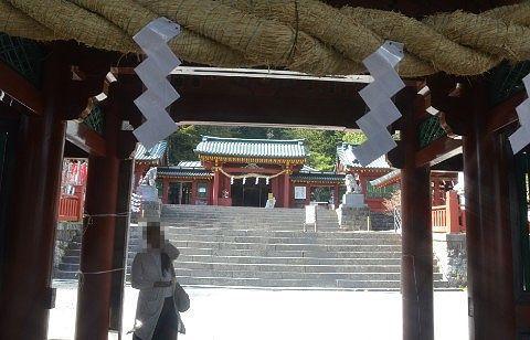 山門から見える中宮祠の拝殿