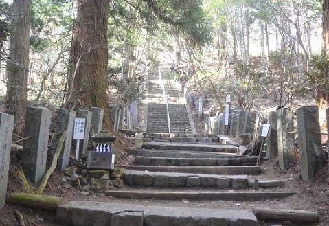 登拝門をくぐった後の登山道