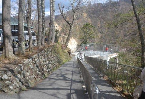 無料観瀑台へ向かう道