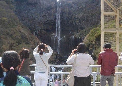 華厳の滝を楽しむ観光客の姿