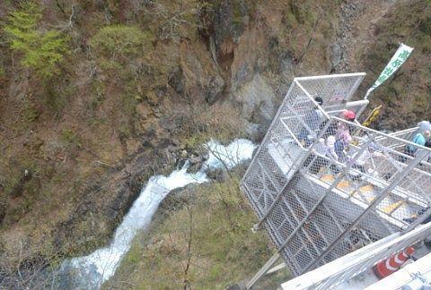涅槃の滝と外階段
