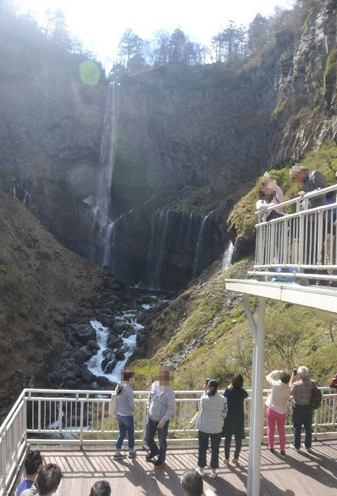 観瀑台から華厳の滝を楽しむ観光客