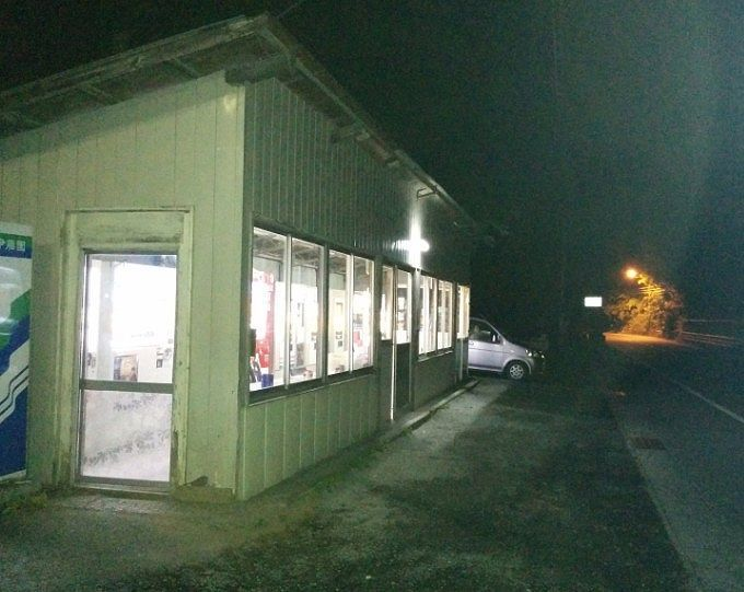 夜の丸美屋自販機コーナー外観