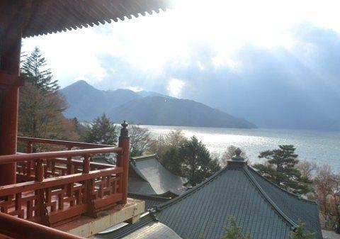 光が差す中禅寺湖の景色