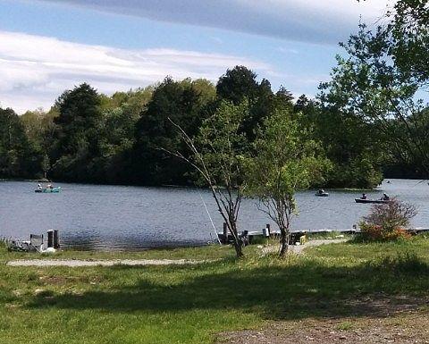 釣り人で賑わう湯ノ湖