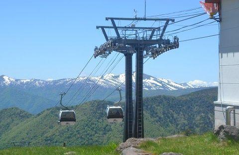 山頂駅付近のゴンドラと山々の景色