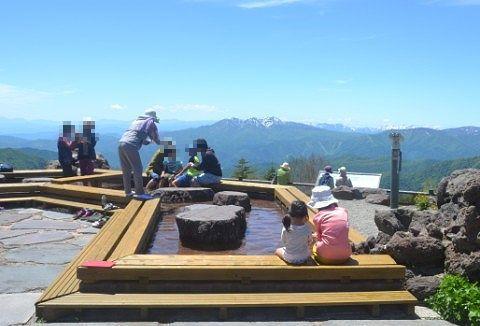 天空の足湯を楽しむ観光客の姿
