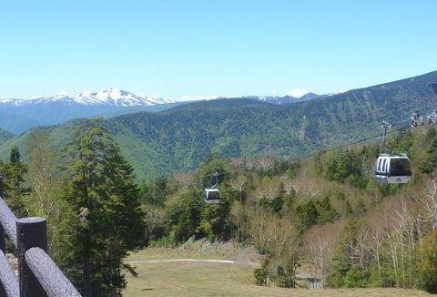 日光白根山ロープウェイのゴンドラと山々の景色