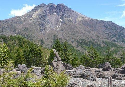 日光白根山と溶岩の岩