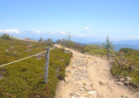 草津白根山山頂付近の舗装されてない登山道