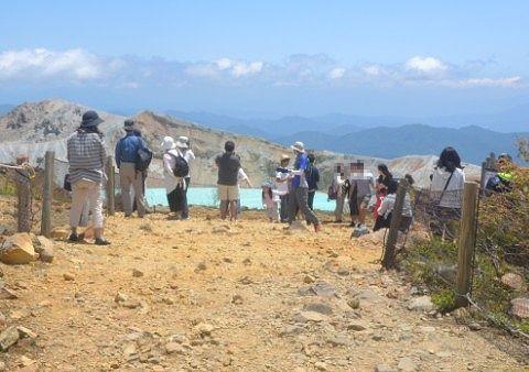 湯釜の鑑賞エリアにいた観光客たち