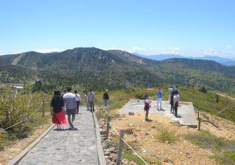登山道で景色を楽しむ観光客たち