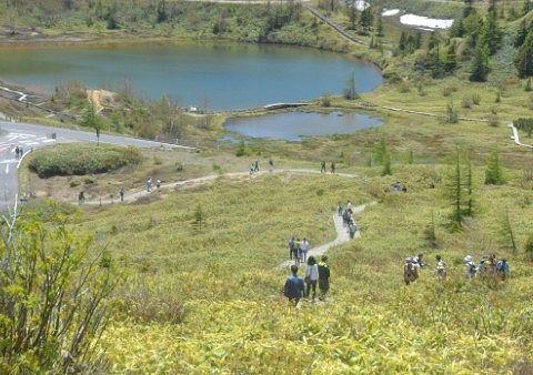 湯釜から登山道で帰る観光客ら