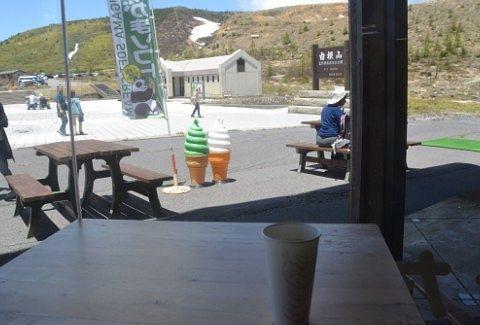 コーヒーを飲みながらの外の景色