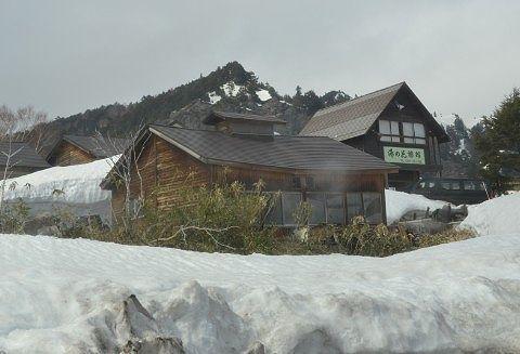雪に囲まれた湯の花旅館