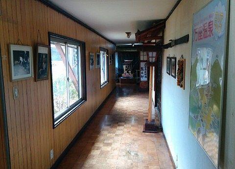 湯の花旅館の通路