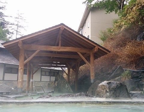 石庭露天風呂で屋根のある部分
