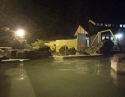 夜の石庭露天風呂の様子3